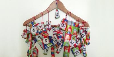 24 Päckchen am Kleiderbügel
